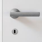 Juno Maniglia di Cemento Naturale per Porta su Rosetta del Designer Alessandro Dubini per Mandelli
